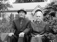 ave-bonar-photography-old-couple-on-steps